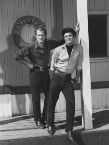 Darren_McGavin_and_Burt_Reynolds_set_photo_from_Riverboat